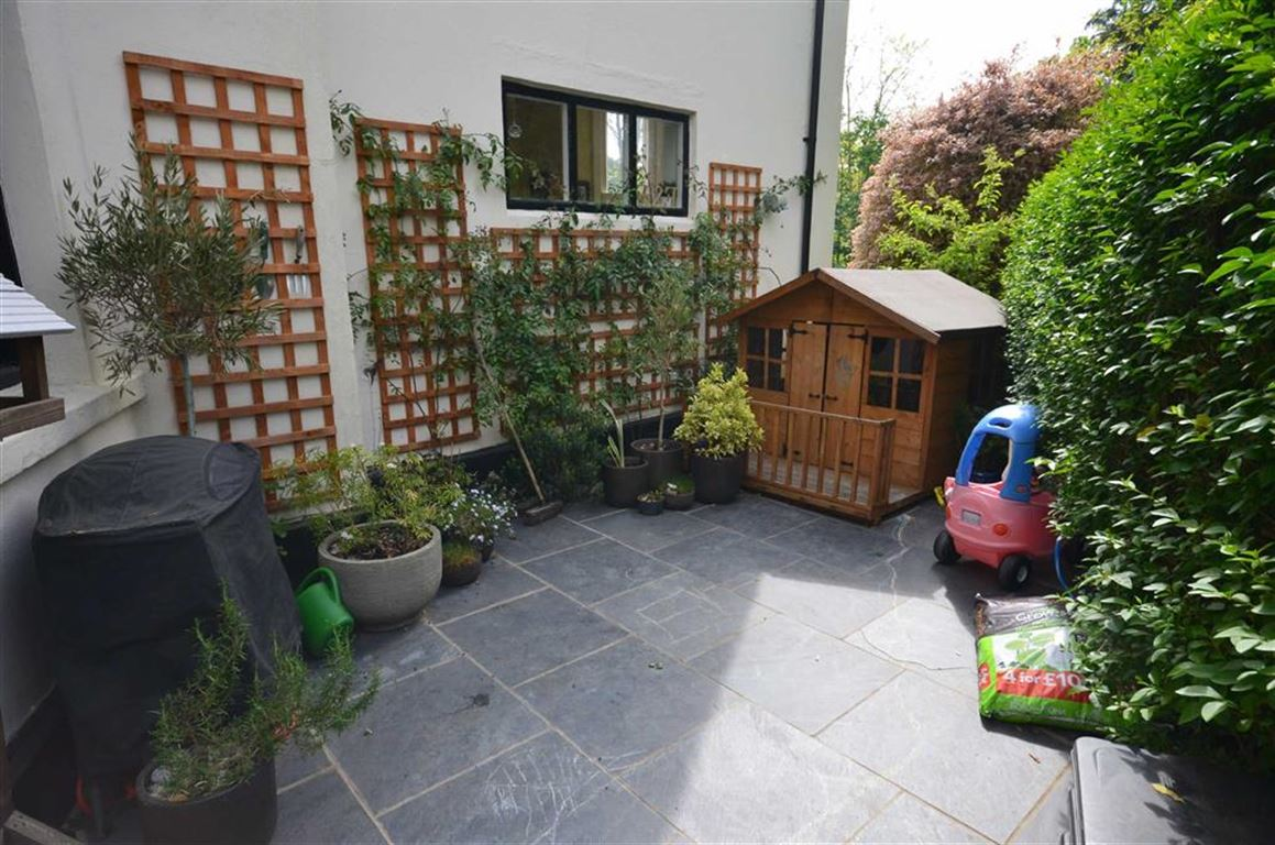 3 Bedrooms Flat for sale in Aveley Lane, Farnham