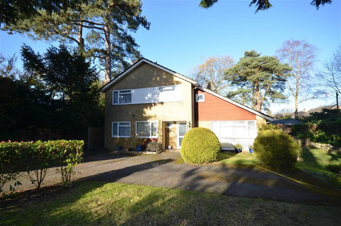 4 Bedrooms Detached House for sale in Boundstone Road, Rowledge, Farnham