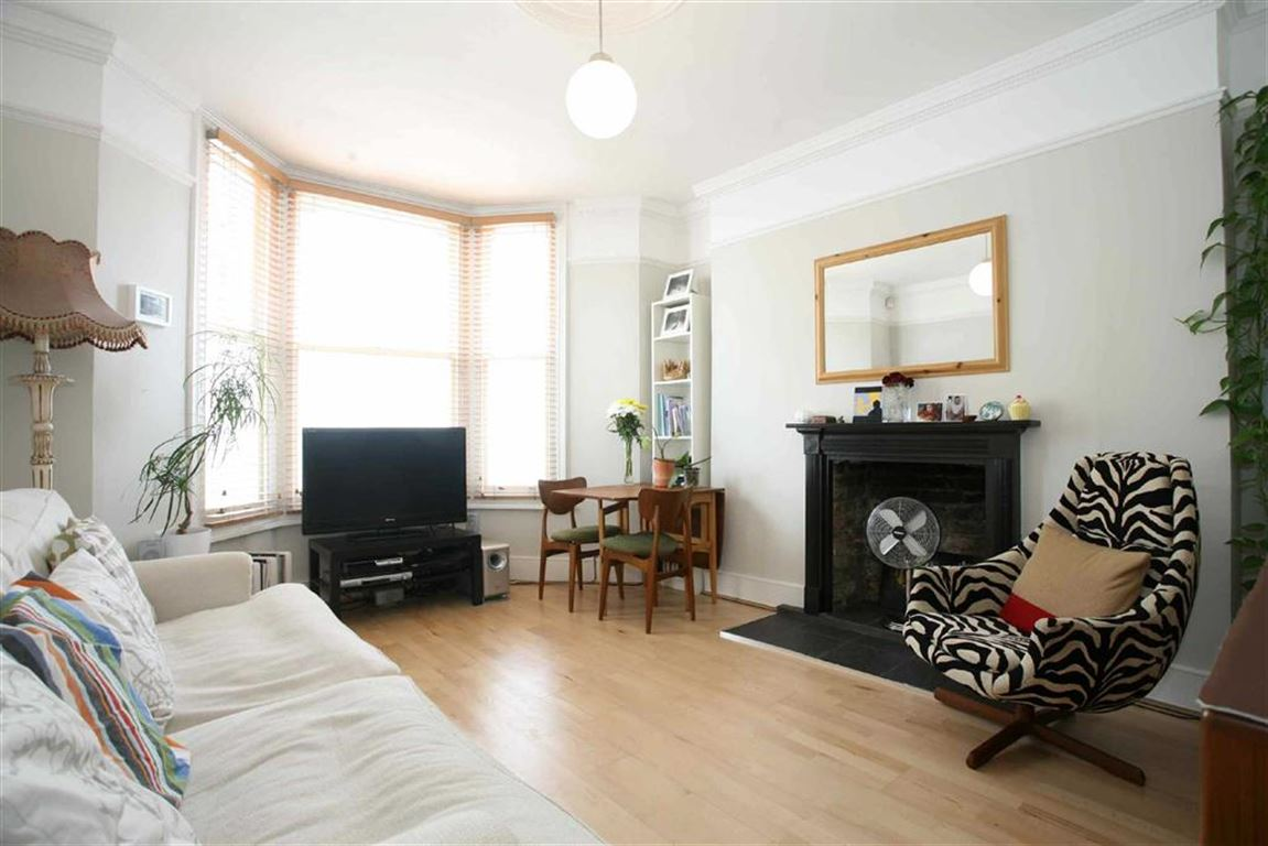 2 Bedrooms Flat for sale in Sandmere Road, LONDON