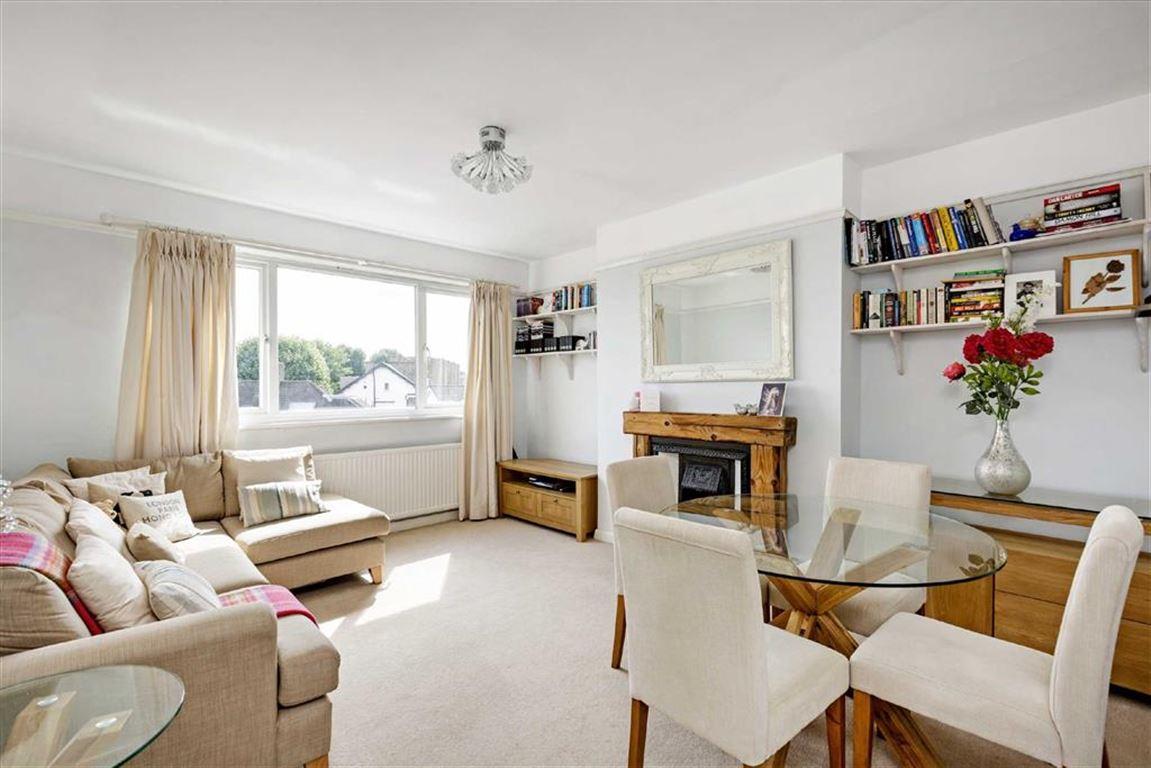 2 Bedrooms Flat for sale in Park Court, Balham Park Road, Balham