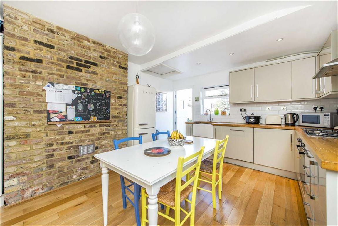 3 Bedrooms Maisonette Flat for sale in Burnbury Road, Balham