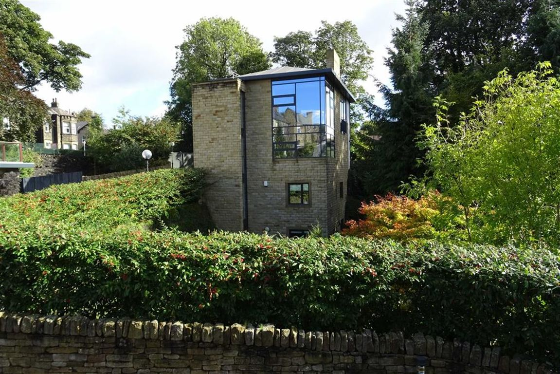 4 Bedrooms Detached House for sale in Heaton Park Villas, Gledholt, Huddersfield