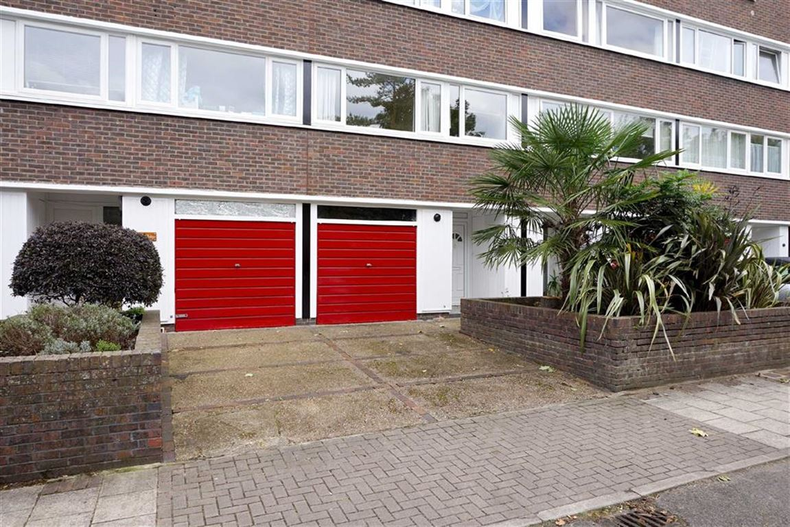 2 Bedrooms Flat for sale in Britten Lodge, Fair Acres, Bromley