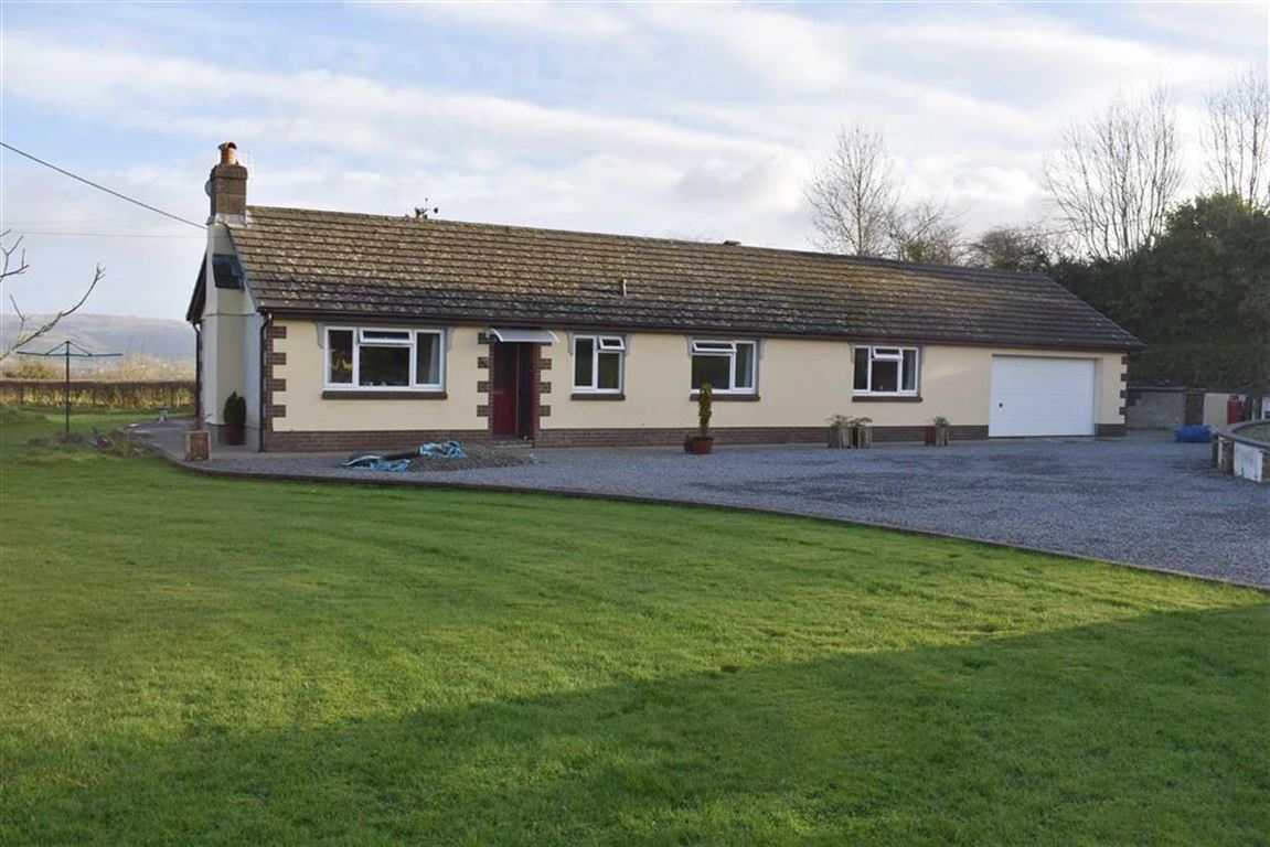 2 Bedrooms Detached Bungalow for sale in Llanwenog, Llanybydder