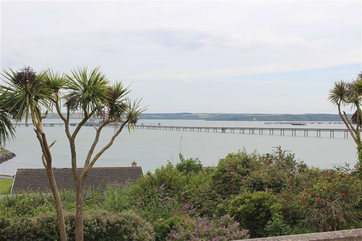 3 Bedrooms Property for sale in Bay View Drive, Hakin, Milford Haven