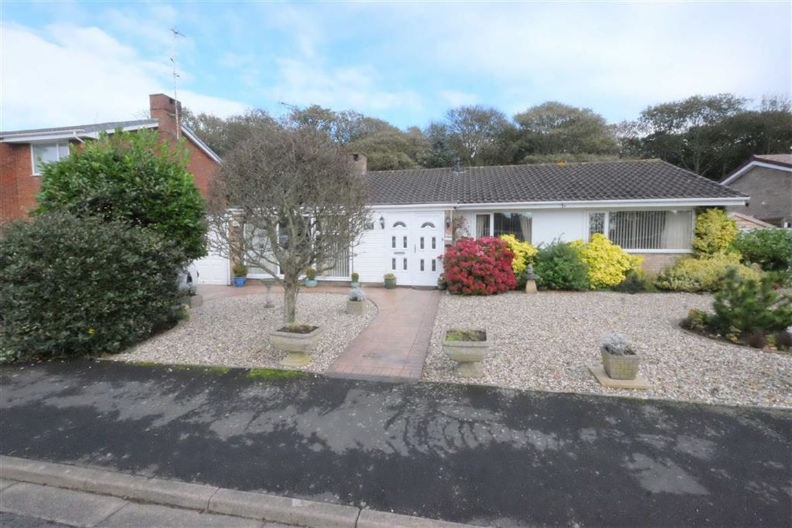 3 Bedrooms Detached Bungalow for sale in Hall Park Drive, Lytham