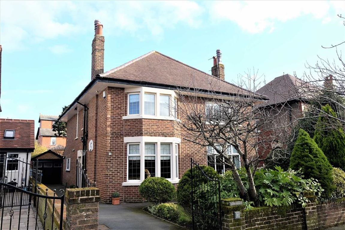 4 Bedrooms Detached House for sale in Lightwood Avenue, Lytham