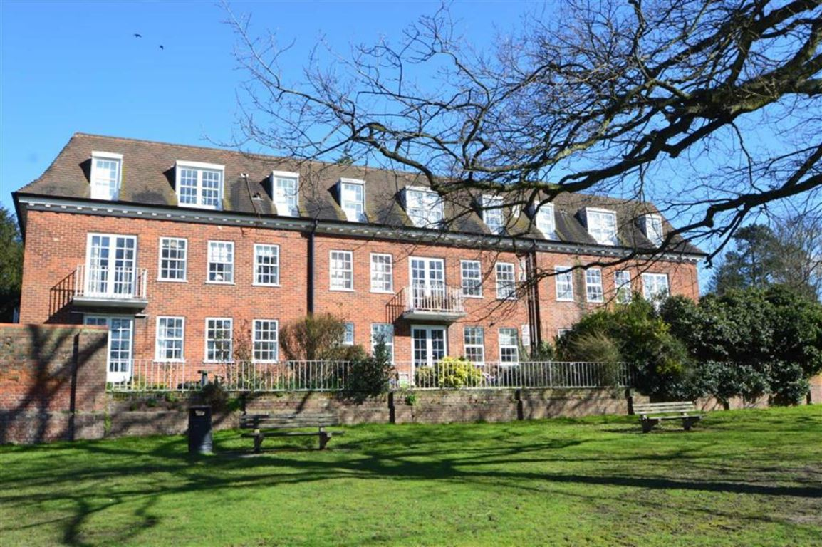 2 Bedrooms Flat for sale in Palmers Hill, Epping