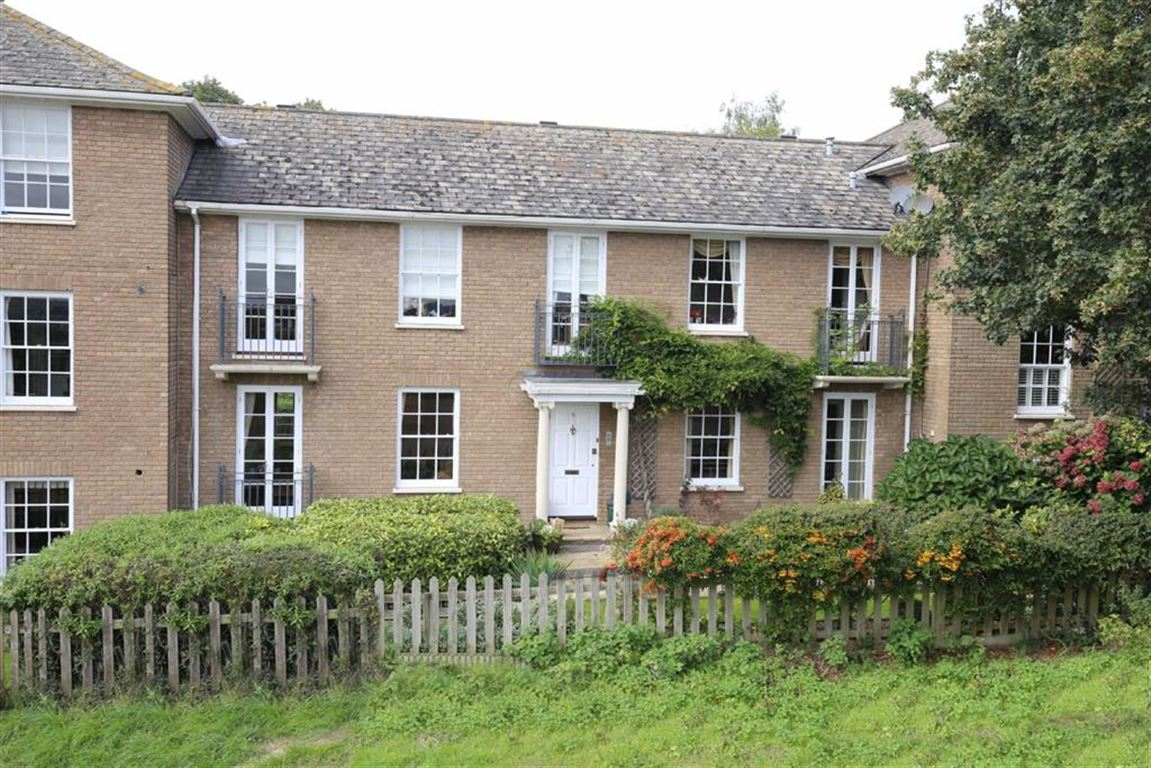 2 Bedrooms Flat for sale in Theydon Bower, Bower Hill, Epping
