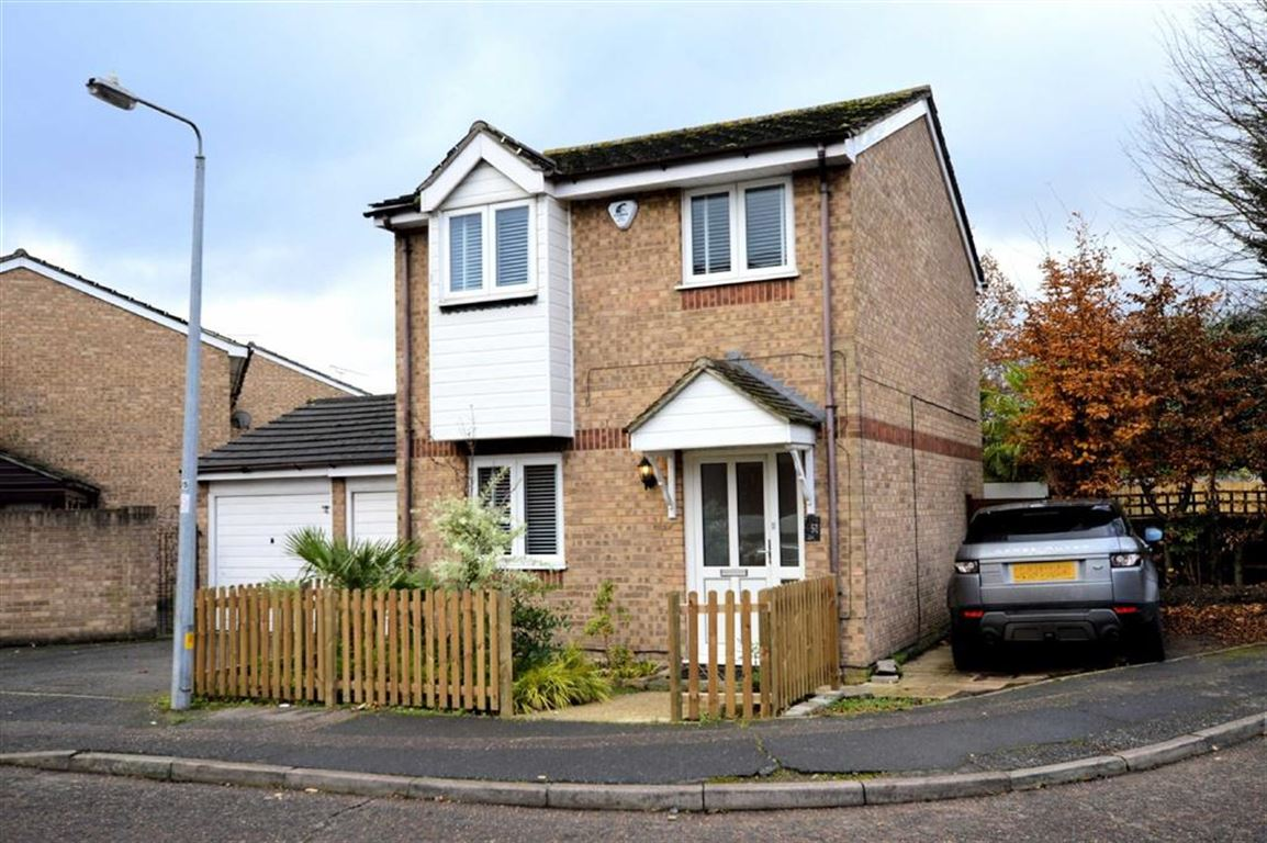 3 Bedrooms Detached House for sale in Howard Close, Waltham Abbey