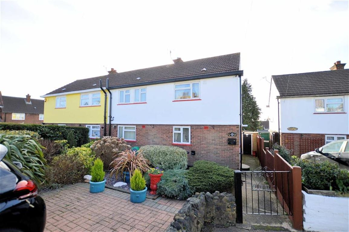 3 Bedrooms Semi Detached House for sale in Beaconfield Road, Epping