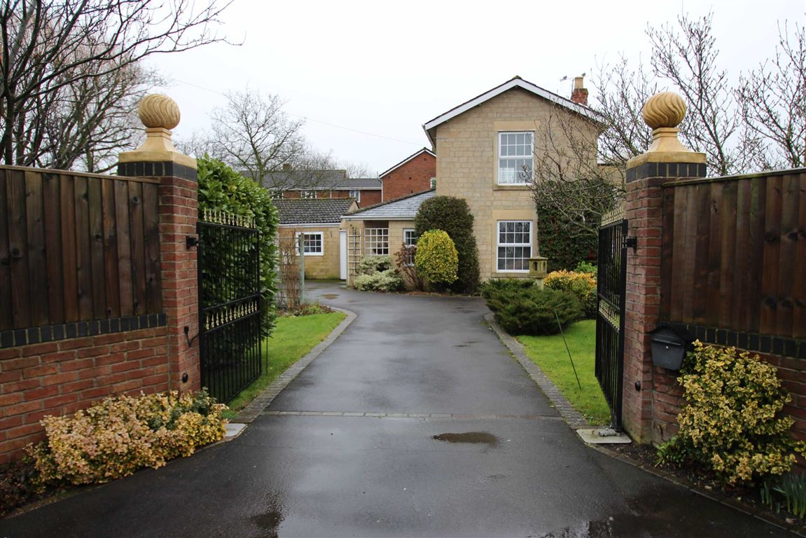 3 Bedrooms Detached House for sale in Frome Road, Trowbridge, Wiltshire, BA14