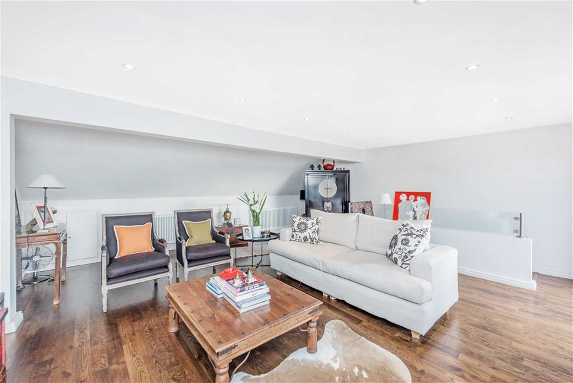 2 Bedrooms Flat for sale in Prince Of Wales Drive, London, SW11