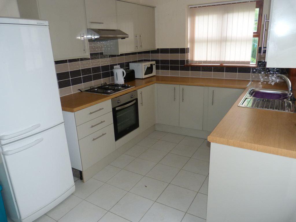 5 Bedrooms Flat for rent in Glenroy Street, Roath, ( 5 Beds ) *