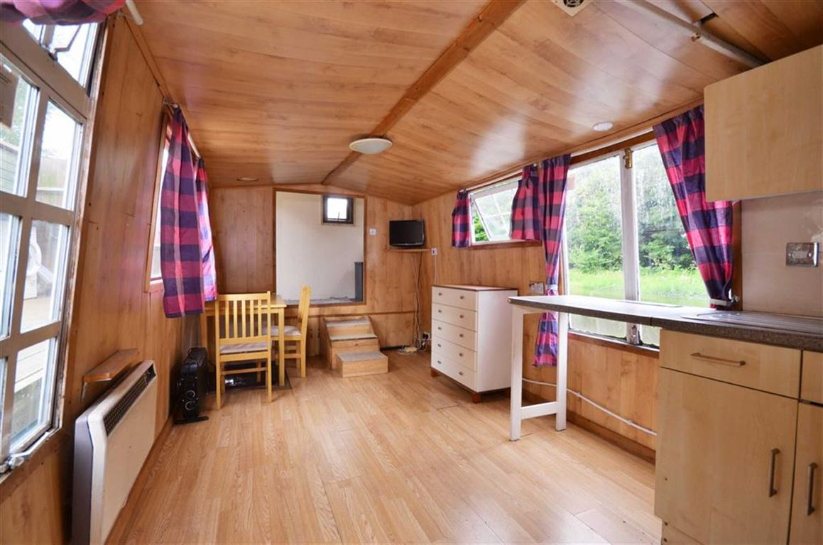 1 Bedroom House Boat Character Property