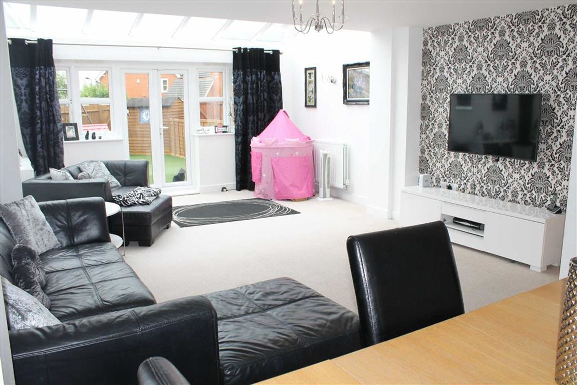 3 Bedrooms Terraced House for sale in Dariel Close, Cippenham, Berkshre