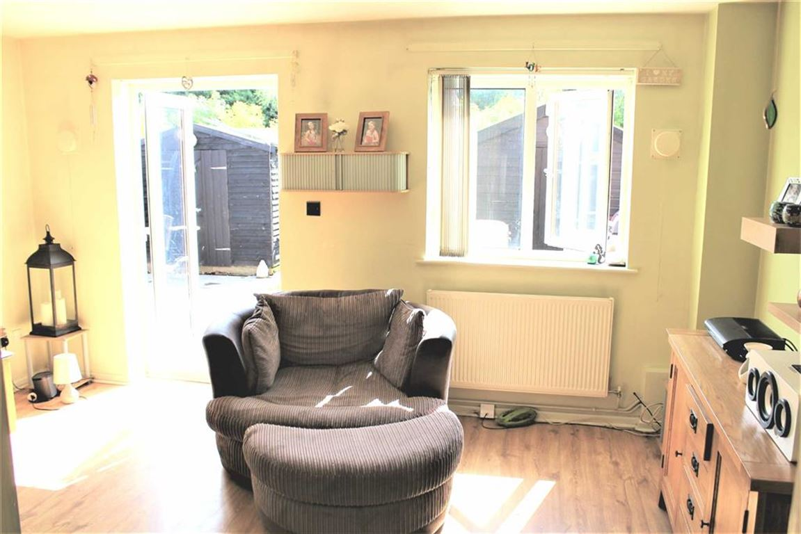 2 Bedrooms Semi Detached House for sale in Hunters Way, Slough, Berkshire