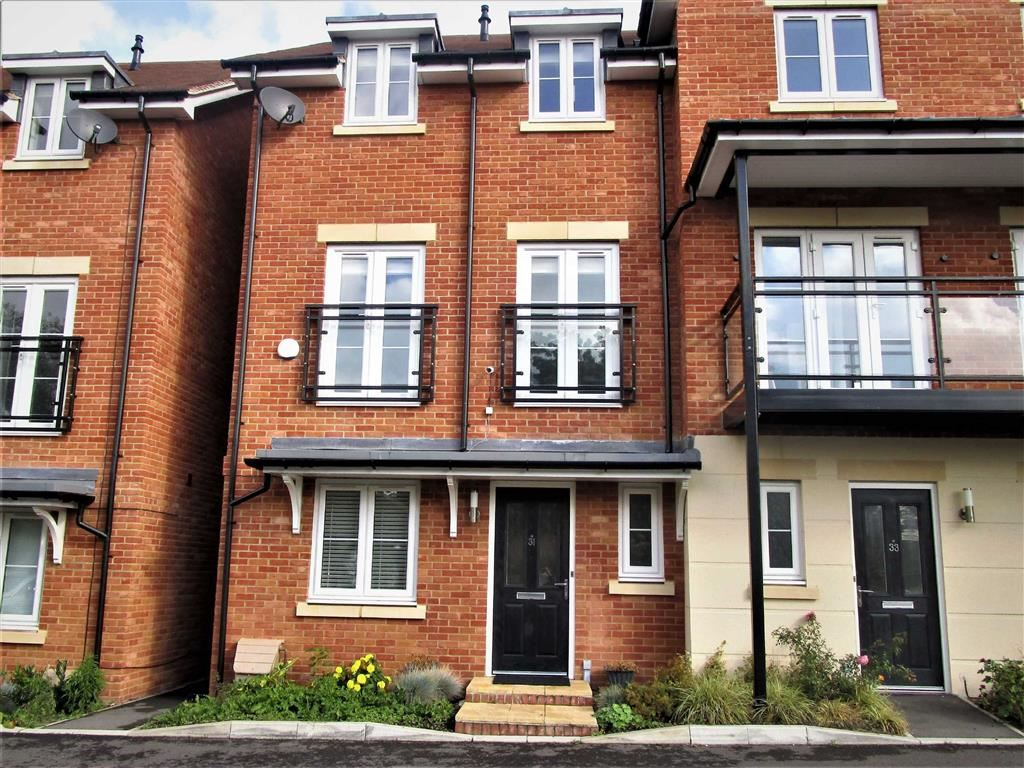 5 Bedrooms Semi Detached House for sale in Denton Way, Slough Centre, Berkshire