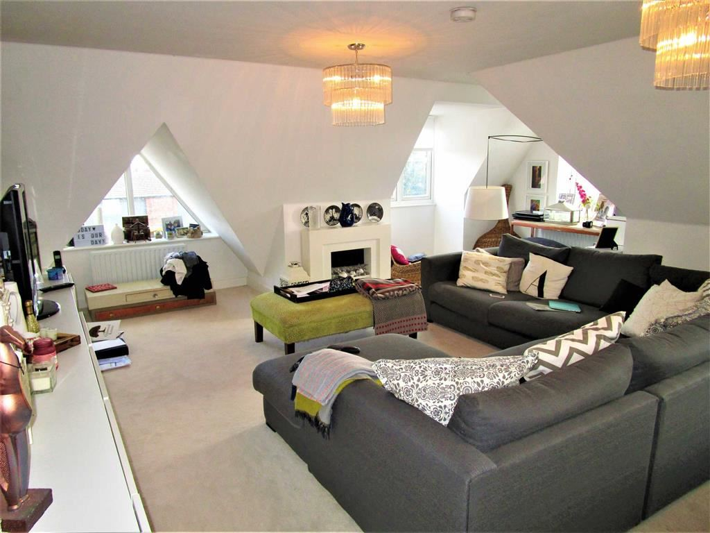 2 Bedrooms Penthouse Flat for sale in Saxon Court, Iver