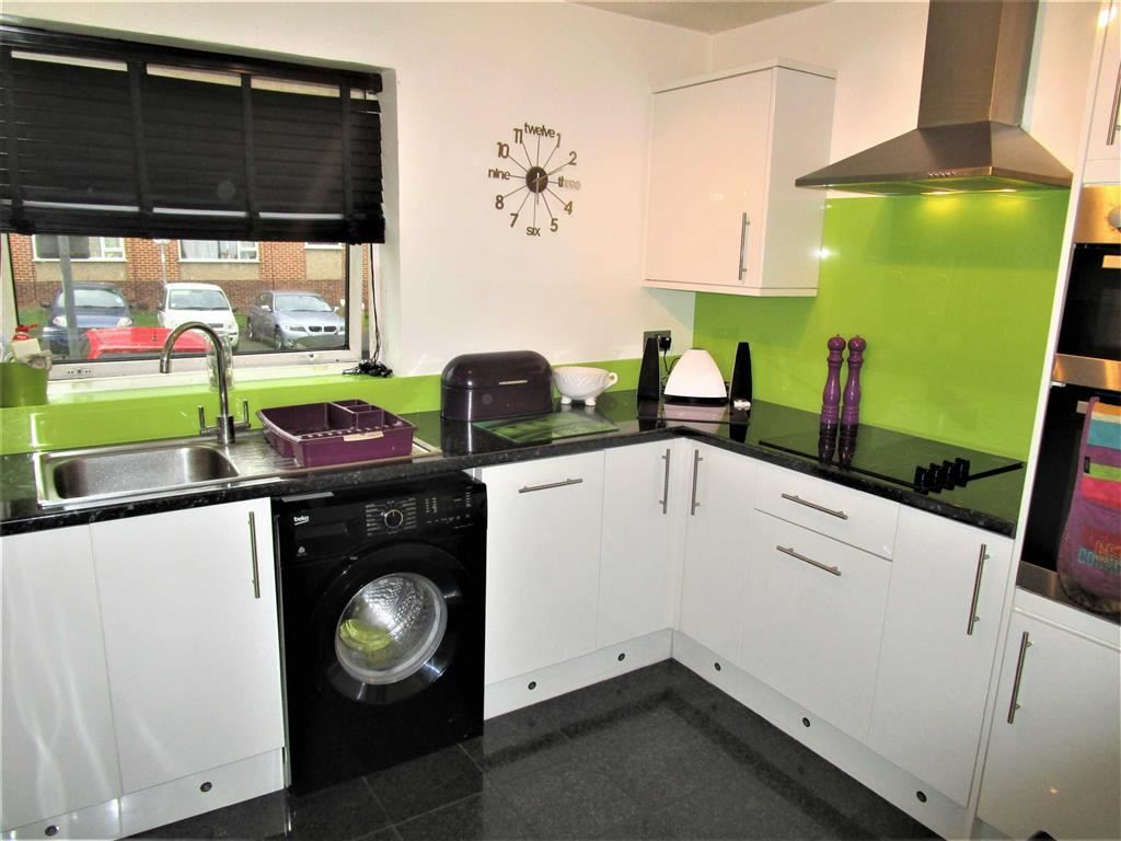 2 Bedrooms Flat for sale in Sandringham Court, Burnham, Berkshire