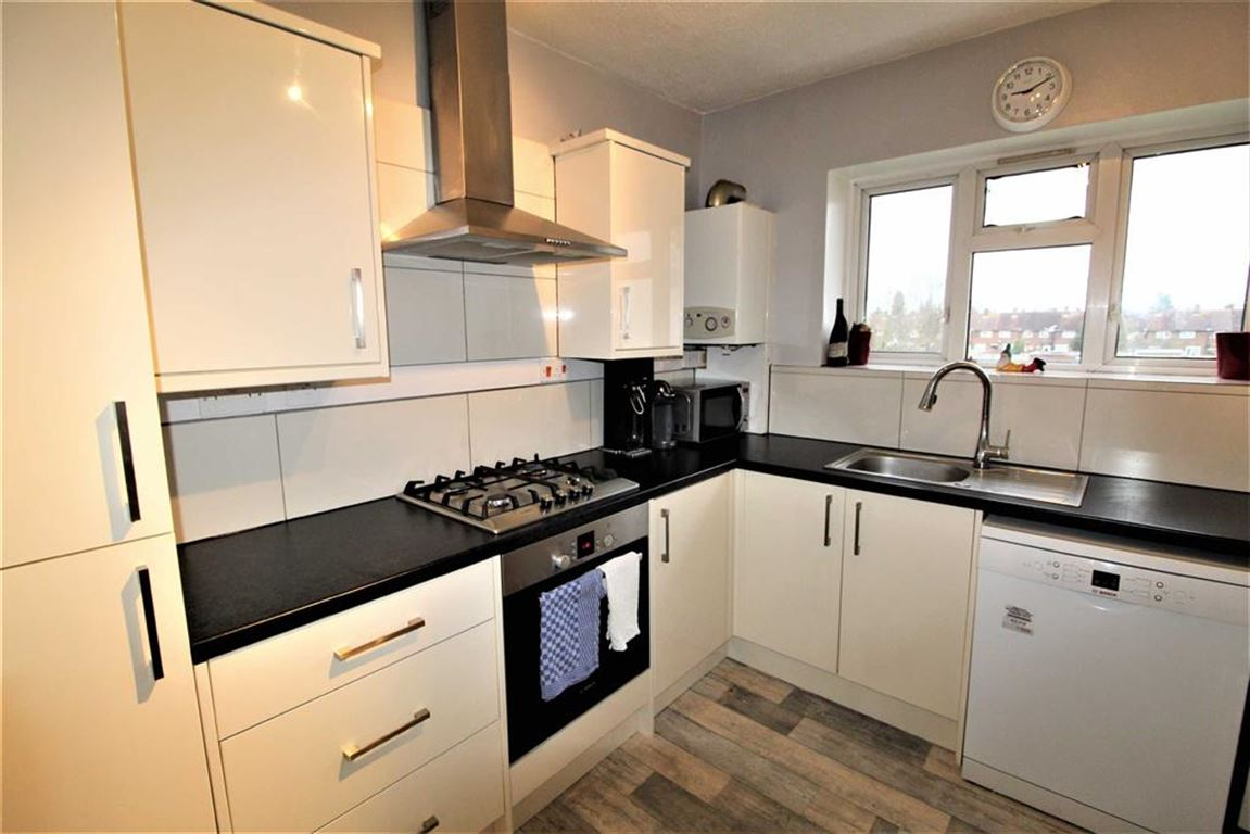 2 Bedrooms Flat for sale in Reddington Drive, Slough