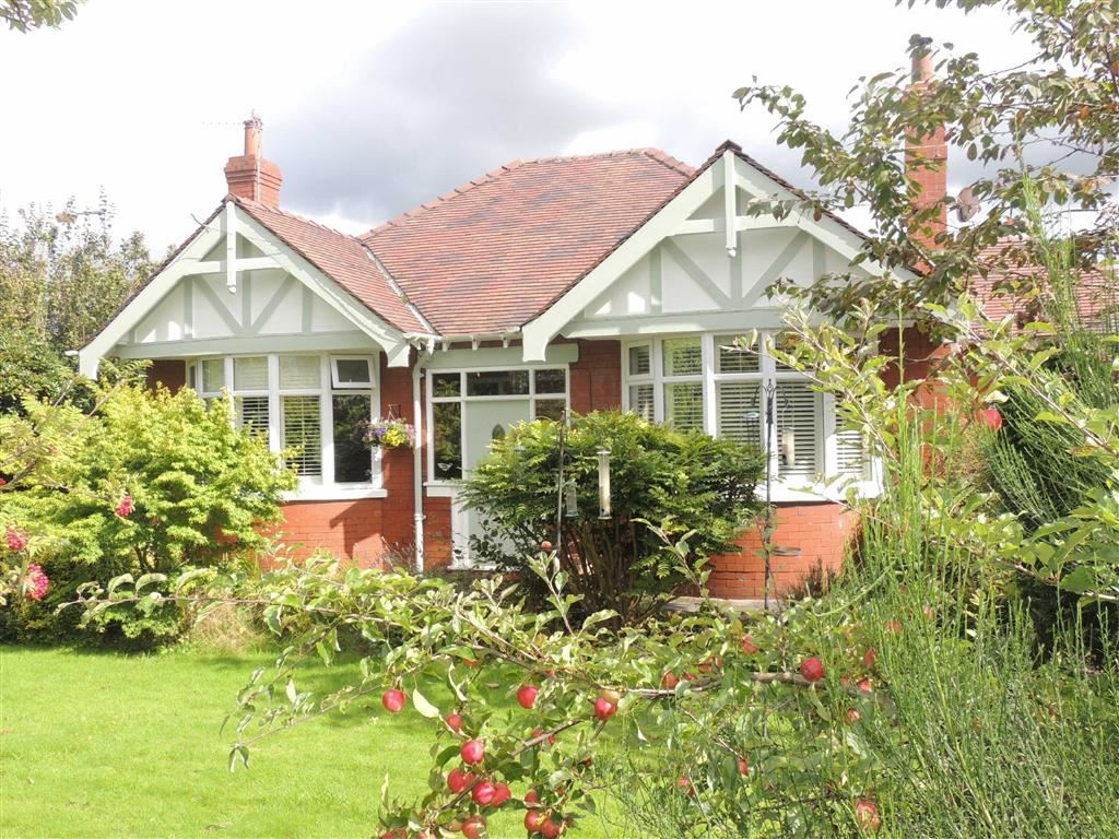 3 Bedrooms Detached Bungalow for sale in Barrack Hill, Romiley, Stockport