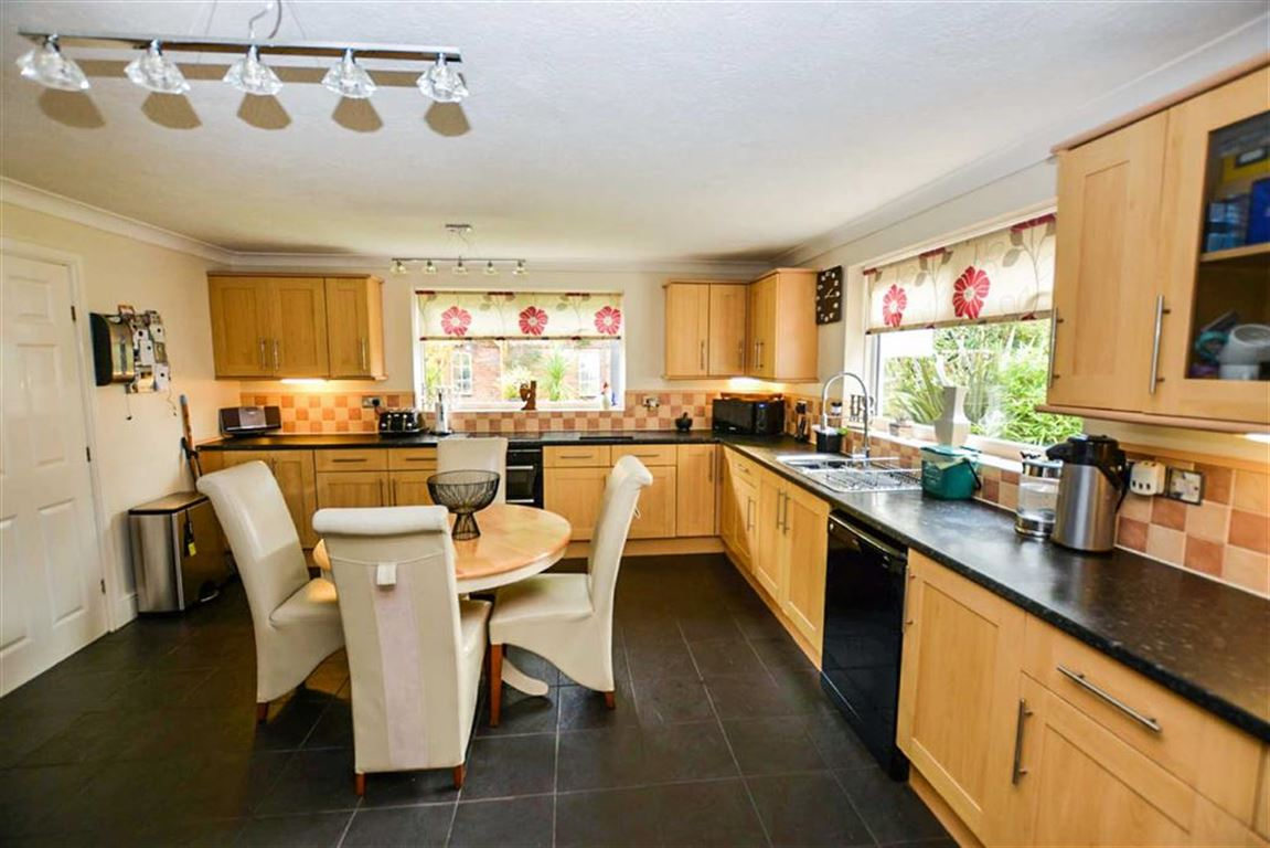 3 Bedrooms Detached House for sale in Lime Tree Avenue, Hull