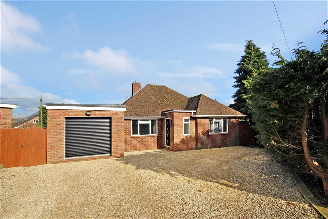 3 Bedrooms Detached Bungalow for sale in The Crescent, Common Platt, Wiltshire