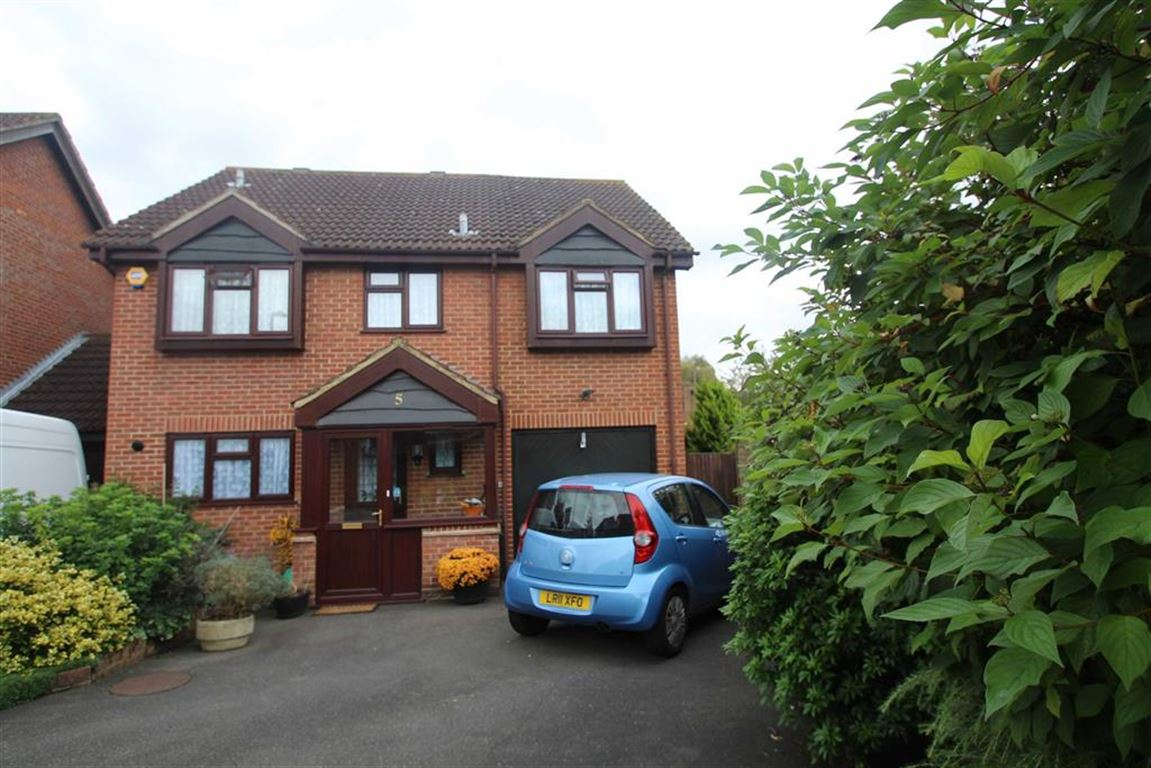 5 Bedrooms Detached House for sale in Chirk Close, Hayes