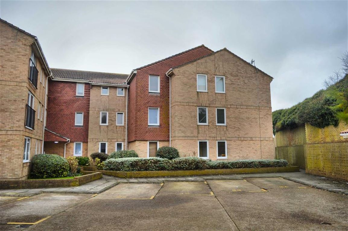 2 Bedrooms Flat for sale in St Crispians Court, Seaford, East Sussex
