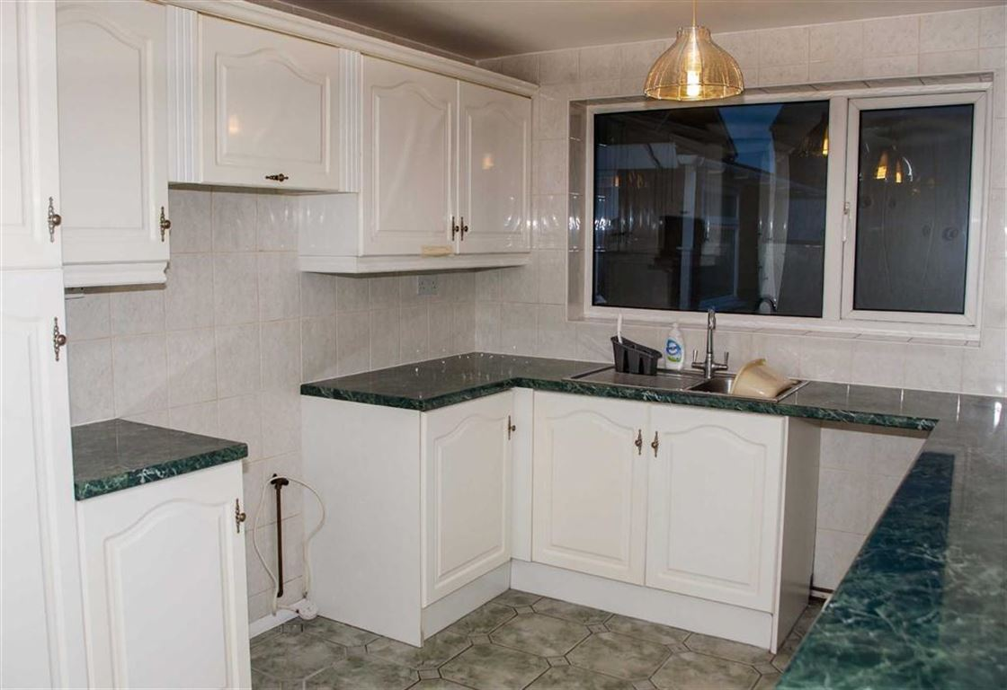 GOOD SIZE FITTED KITCHEN