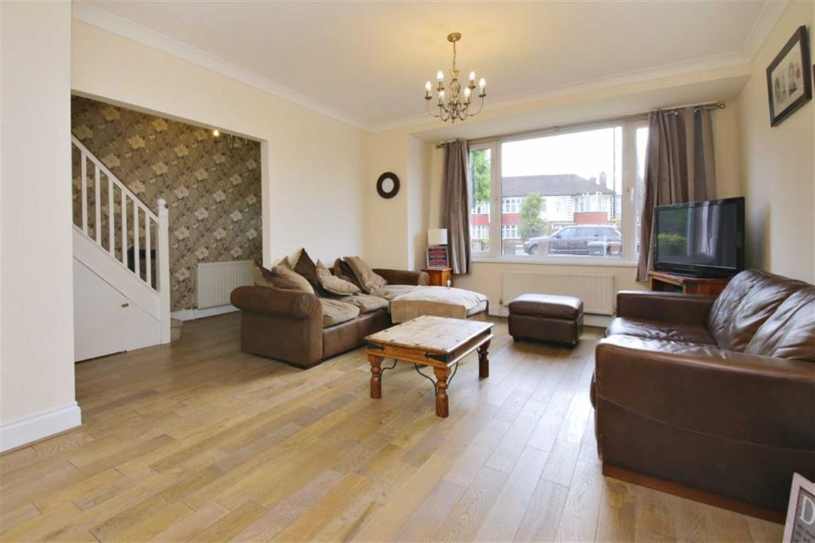 3 Bedrooms Property for sale in Church Street, Edmonton, London