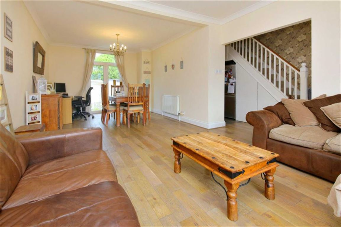 3 Bedrooms Terraced House for sale in Church Street, London