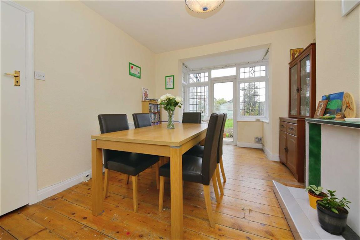 3 Bedrooms Property for sale in The Fairway, Palmers Green, London