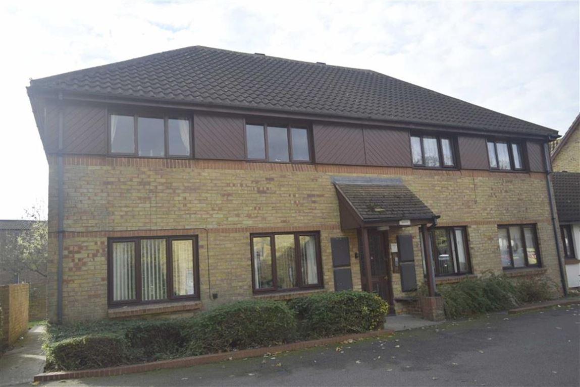 1 Bedroom Flat for sale in Oakwood Grove, Basildon, Essex