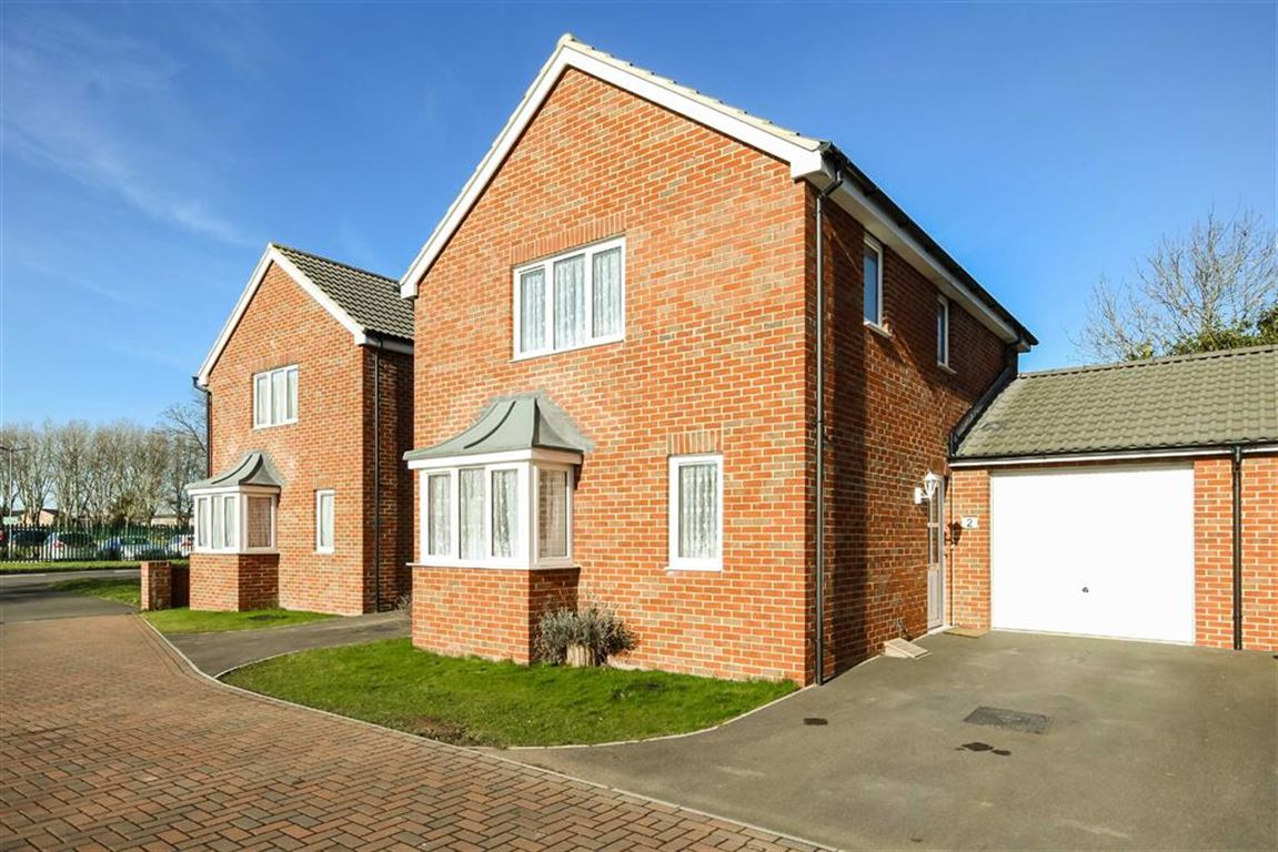3 Bedrooms Link Detached House for sale in Blackbird Close, Covingham, Wiltshire