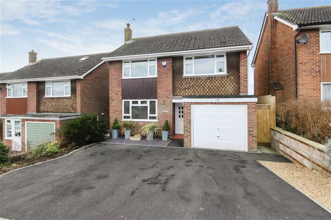 3 Bedrooms Detached House for sale in Washbourne Road, Royal Wootton Bassett, Wiltshire