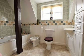 MASTER EN SUITE BATHROOM