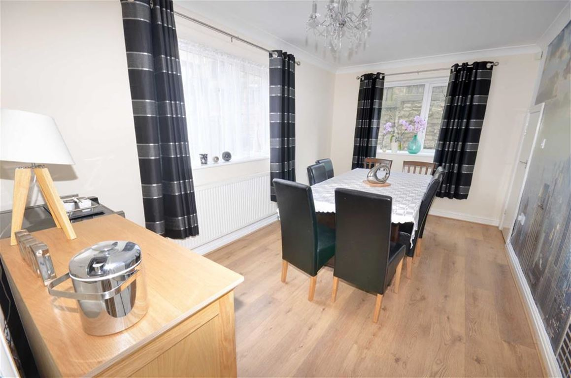 4 Bedrooms Property for sale in Hall Court, Brotherton, Knottingley, WF11