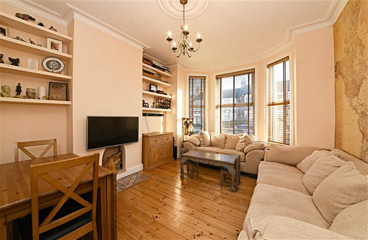 2 Bedrooms Flat for sale in Squires Lane, Finchley, London, N3