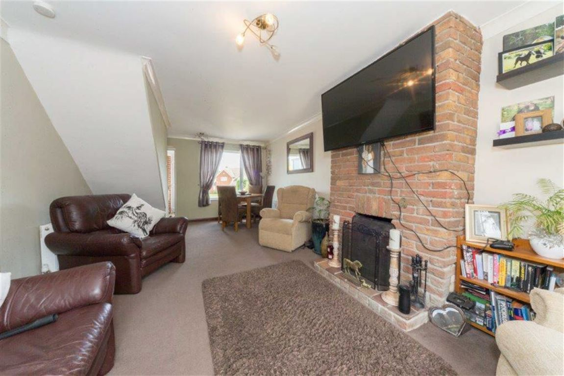 3 Bedrooms Semi Detached House for sale in Luton Road, Chalton