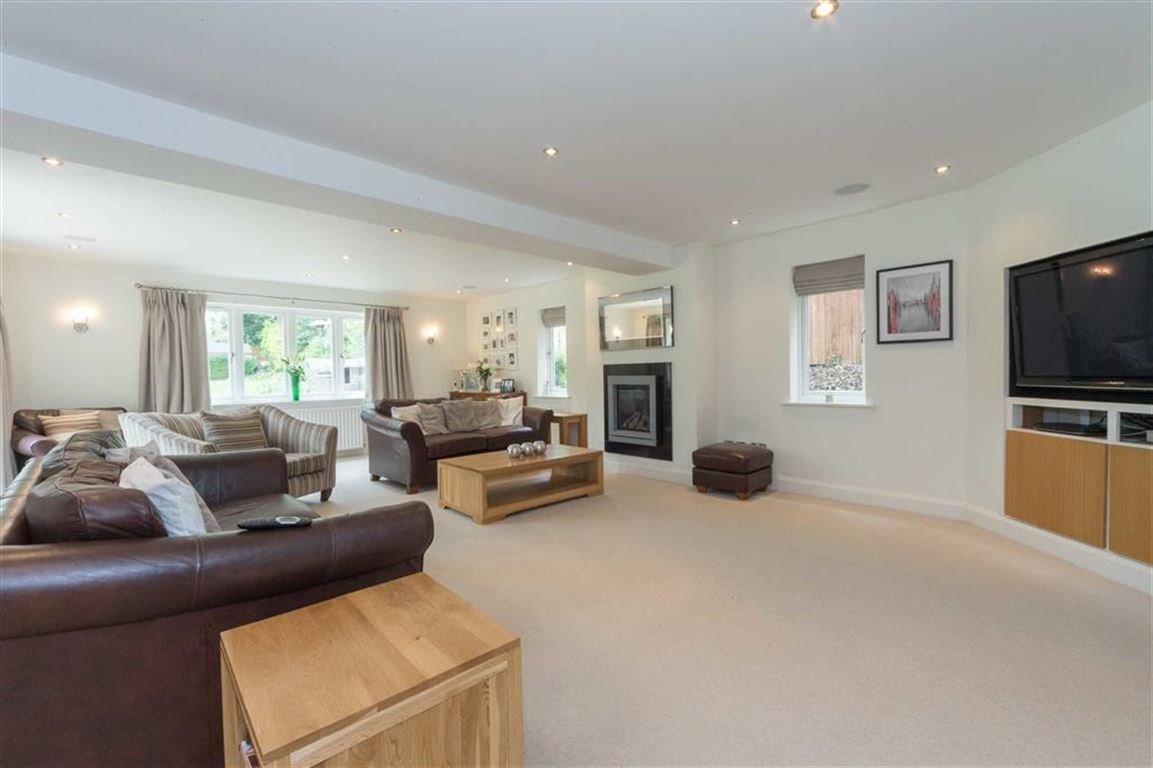 5 Bedrooms Detached House for sale in Holywell Road, Studham, Bedfordshire, LU6