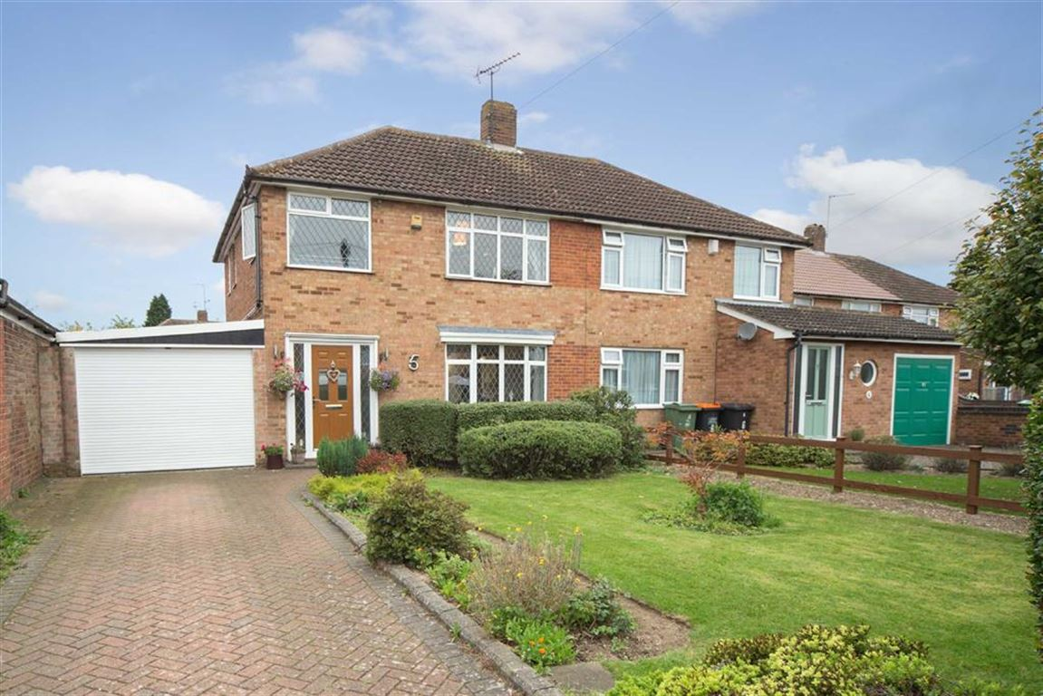 3 Bedrooms Semi Detached House for sale in Calcutt Close, Dunstable, Bedfordshire, LU5