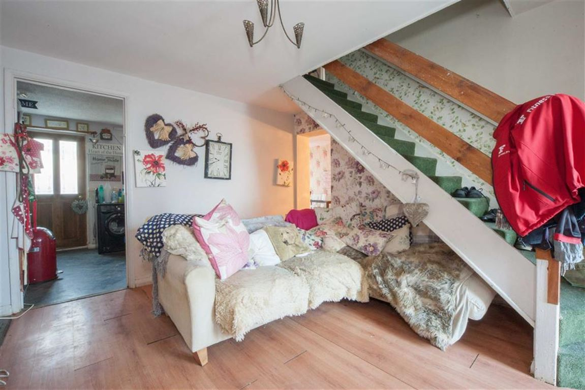 3 Bedrooms Semi Detached House for sale in Bunting Road, Luton, Beds, LU4