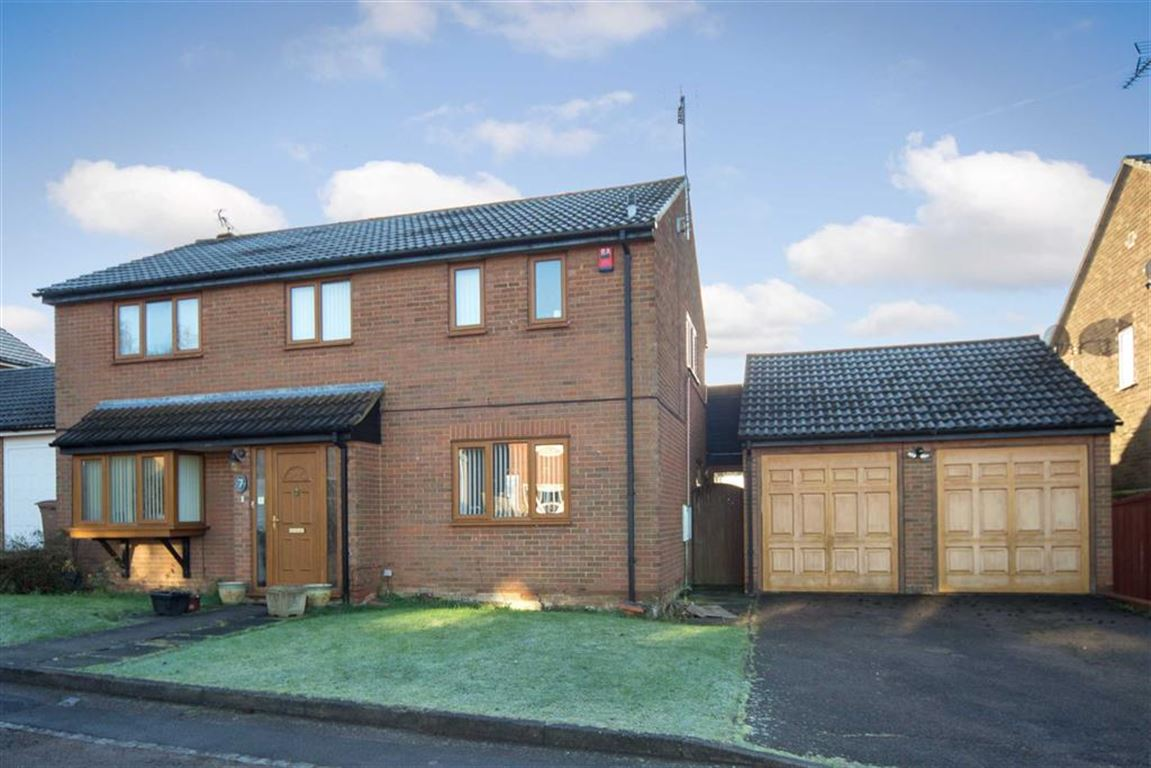 4 Bedrooms Detached House for sale in Walsingham Close, Luton