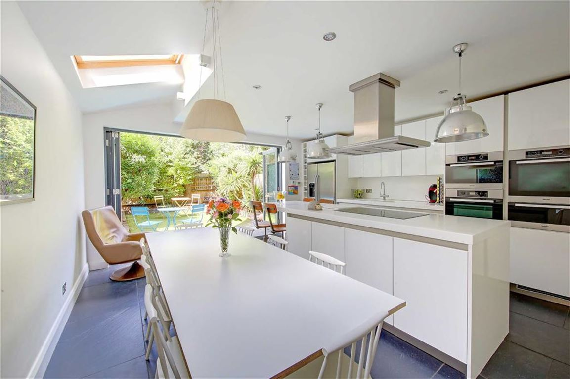 4 Bedrooms Terraced House for sale in Bramfield Road, Between the Commons
