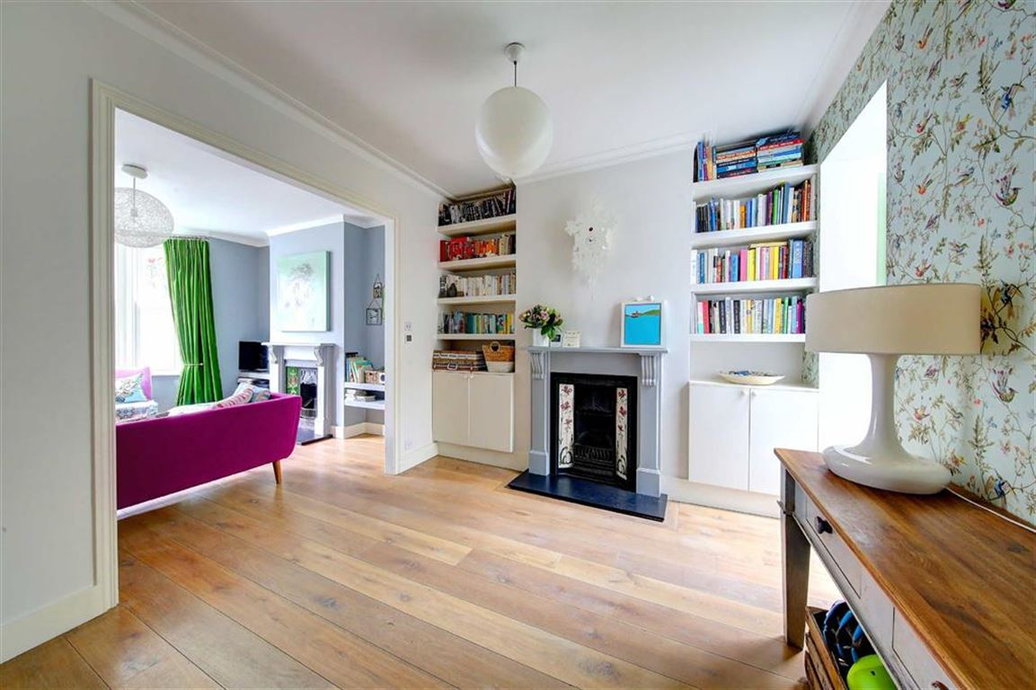 5 Bedrooms Terraced House for sale in Chatto Road, Between the Commons