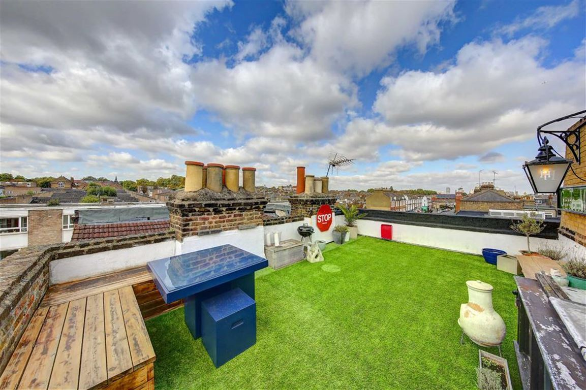 2 Bedrooms Flat for sale in Chatham Road, Between the Commons