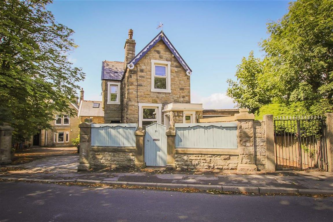 2 Bedroom Detached House For Sale - Main Image