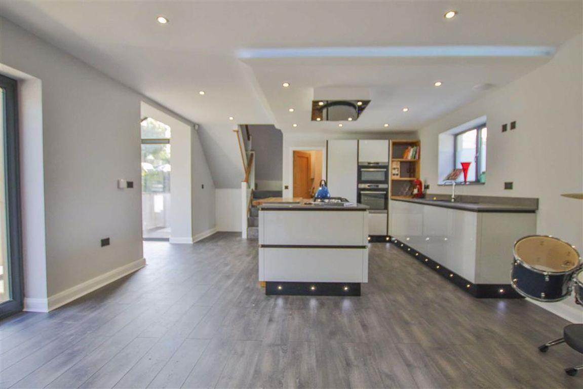 3 Bedroom Detached House For Sale - Image 3